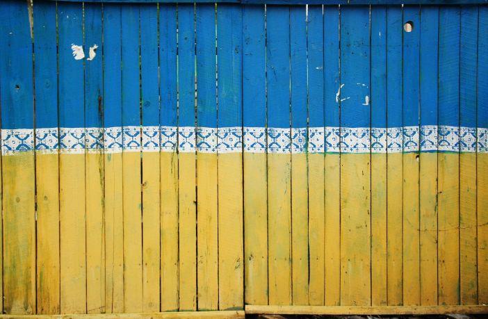 Palissade peinte aux couleurs du drapeau ukrainien - Kiev, Ukraine.