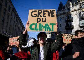Paris : des étudiants manquent l'école pour manifester devant le ministère de l'Environnement