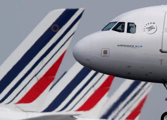 """La France introduit une """"éco-taxe"""" sur les billets d'avion"""