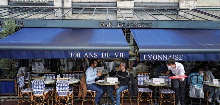 """""""Mission impossible"""" : les restaurateurs français aux prises avec le nouveau passeport santé"""