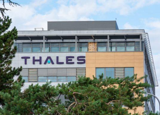 Thales confirme des pourparlers en vue de vendre son unité de systèmes terrestres à Hitachi Rail.